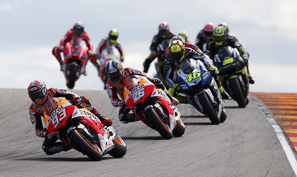 MotoGp, Marquez in fuga ma Rossi non molla